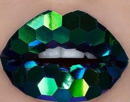 Zdobione usta: zielone cekiny