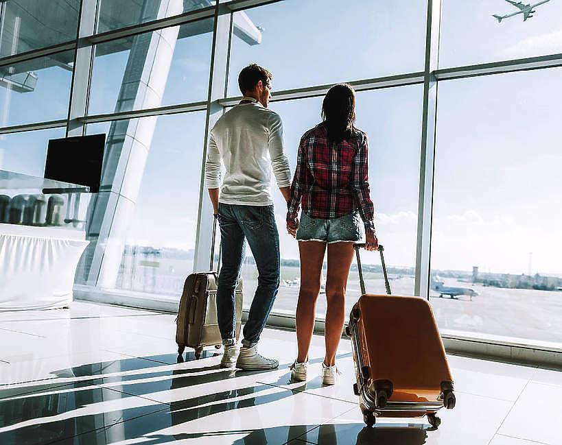 wakacje-koronawirus-druga-fala-zakazen-2020-podroze-lotnisko-para