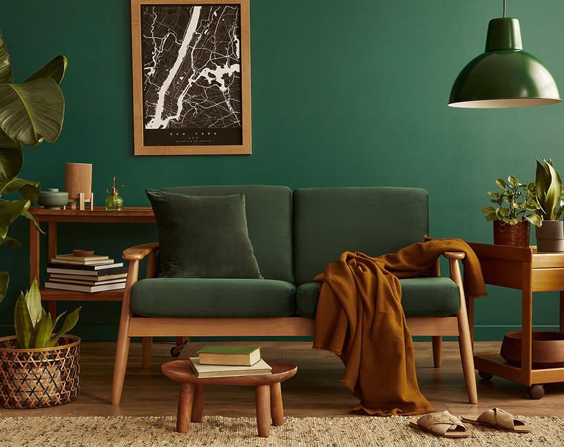 wnetrza-wiosna-2021-koniec-minimalizmu-przytulne-meble-salon-welurowa-kanapa-1