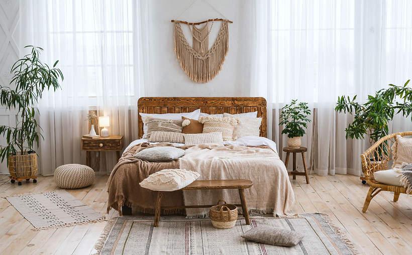 wnetrza-wiosna-2021-koniec-minimalizmu-przytulne-meble-salon-welurowa-kanapa-sciany-boho-styl-sypialnia-2