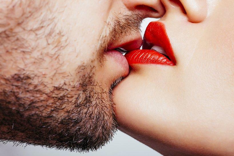kobieta i mężczyzna całujący się