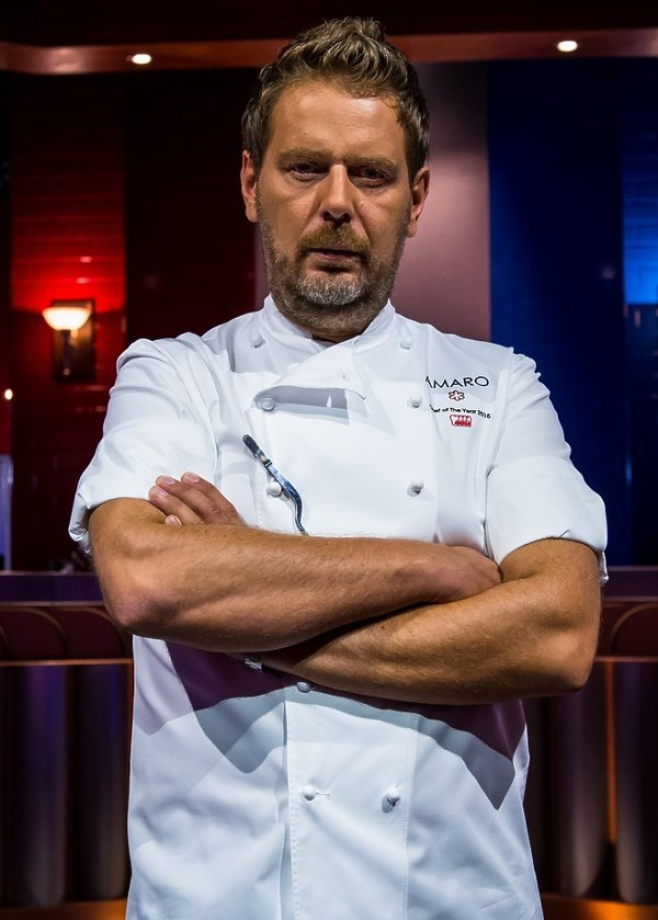 Wojciech Modest Amaro w kucharskim stroju w Hell's Kitchen
