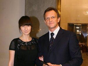 Cezary Pazura w karniturze z córką Anastazją Pazurą w czarnej sukience
