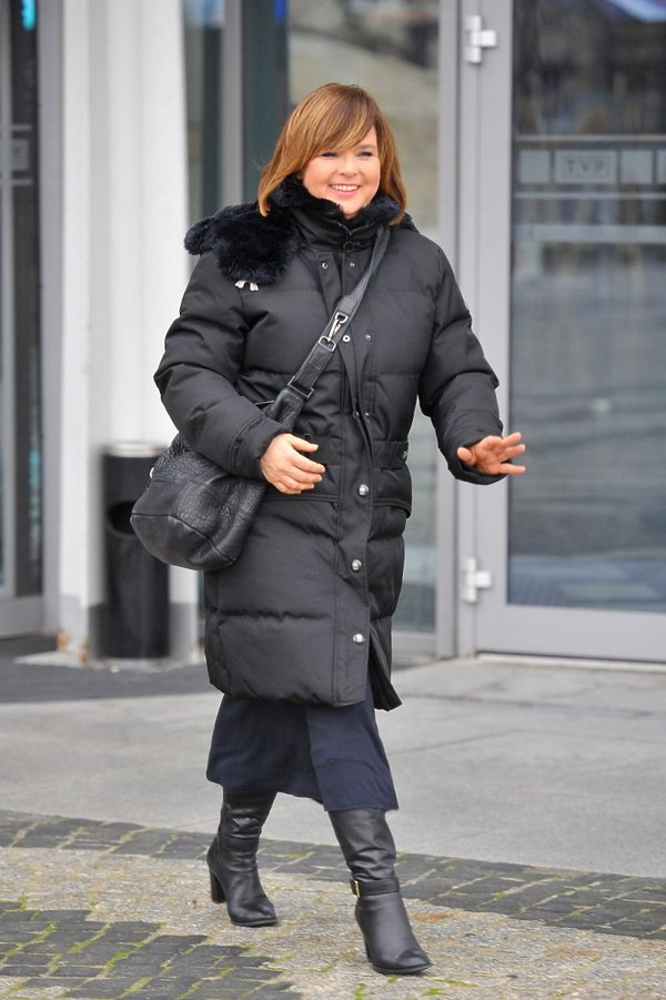 Edyta Jungowska w czarnej kurtce wychodzi z TVP
