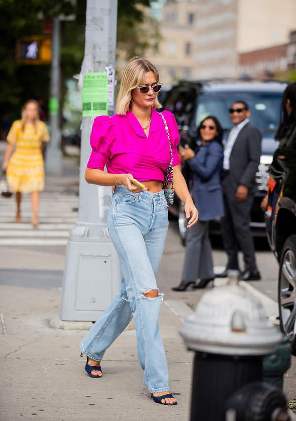 modna-amarantowa-bluzka-z-bufiastymi-rekawami-na-lato-2020-stylowe-jeansy-z-dziurami