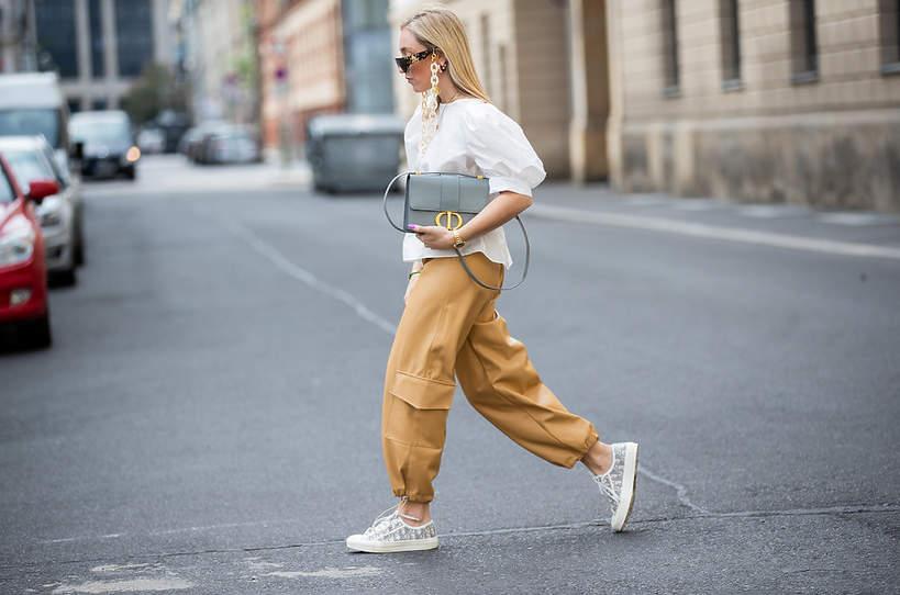 trend-lato-2020-elegancka-bluzka-z-bufiastymi-rekawami-i-stylowe-sportowe-buty