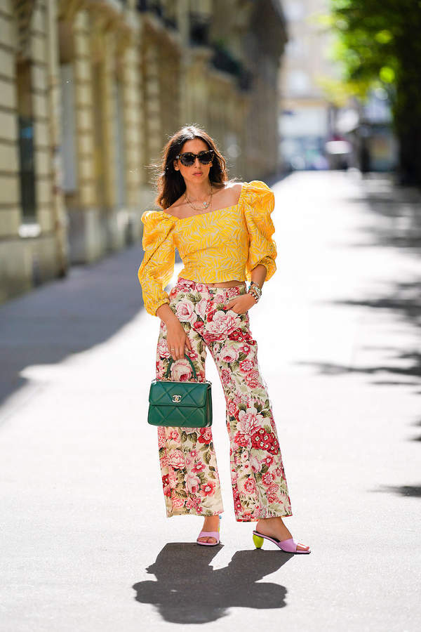 bluzka-z-bufiastymi-rekawami-we-wzory-dekolt-modne-spodnie-z-szeroka-nogawka-2020