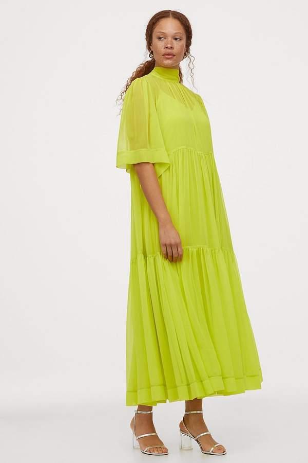 dluga-zwiewna-sukienka-w-modnym-neonowym-kolorze-2020