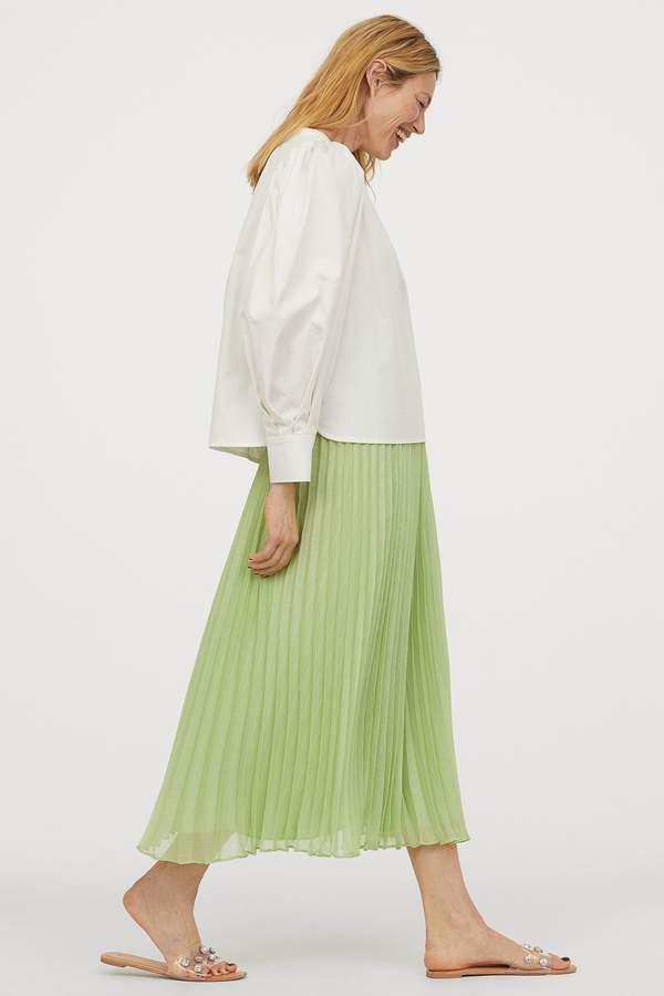 pastelowa-plisowana-spodnica-marszczona-w-talii-trendy-2020