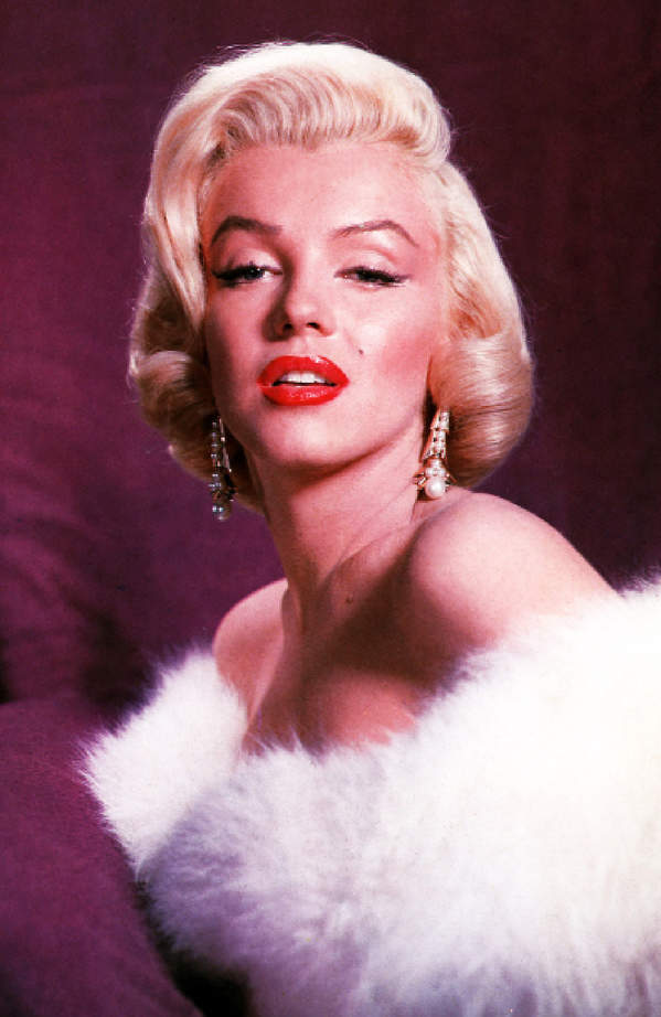 kultowa-kreakcja-Marilyn-Monroe-biala-elegancka-sukienka-futerko