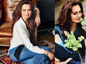 Agnieszka Maciąg z kwiatkiem