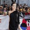 Angelina Jolie wieczorowej czarnej sukience na czerwonym dywanie