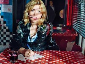 Ania Dąbrowska w amerykańskiej kanjpie wśród hamburegrów i neonów