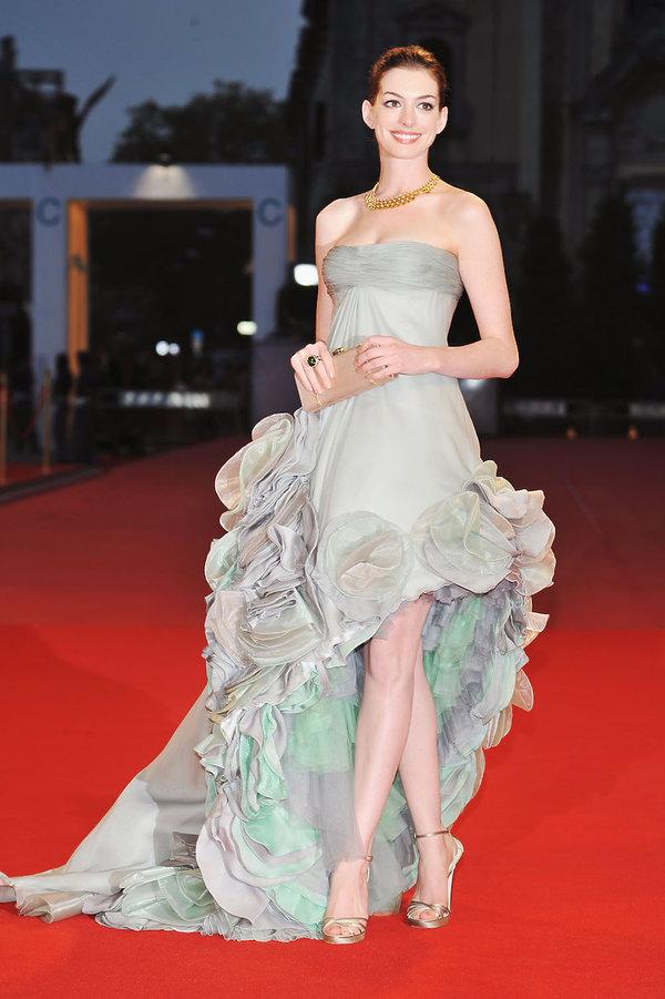Anne Hathaway Najpiękniejsze kreacje z poprzednich lat na Festiwal Filmowy w Wenecji