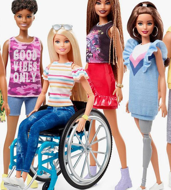 Barbie na wózku inwalidzkim i z protezą nogi.