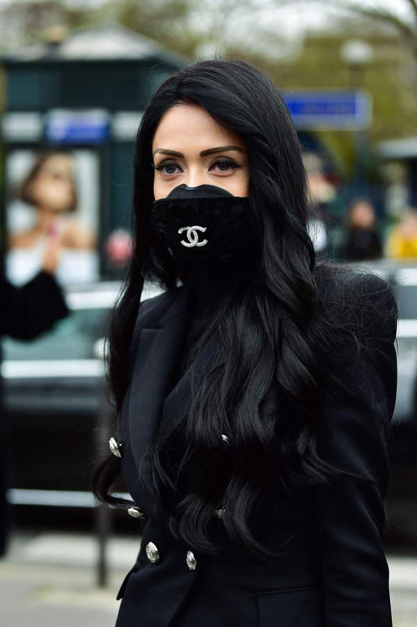 Chirurgiczna maska stała nowym symbolem naszych czasów