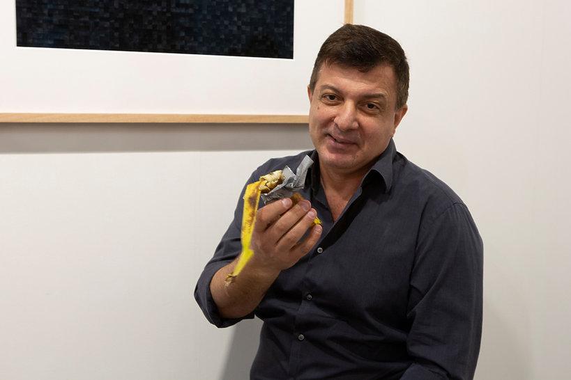 Dzieło sztuki banan Maurizio Cattelana sprzedane za pół miliona złotych i zjedzony przez innego artystę