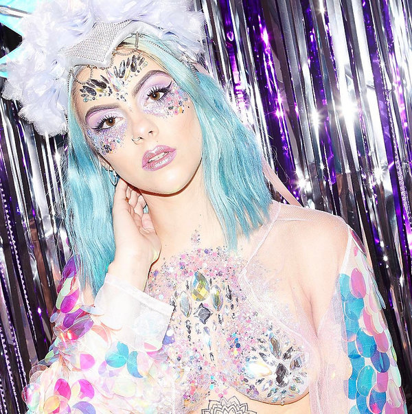 Hit Czy Kit Festiwalowy Trend Błyszczące Makijaże Nagiego Biustu