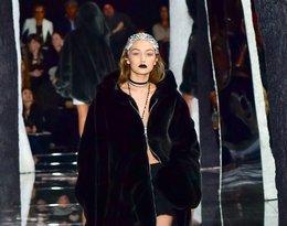Gigi Hadid na pokazie w czarnej bluzie
