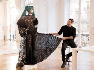 Hatsune Miku w sukni Givenchy zaprojektowanej przez Riccardo Tisci