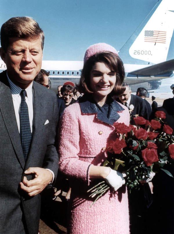 Historia_najsłynniejszego_rozowego_kostiumu_Jackie_Kennedy_Czy_pochodził z kolekcji Chanel