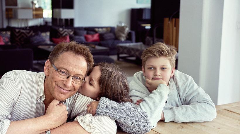 Jacek Borkowski z dziećmi w domu na podłodze