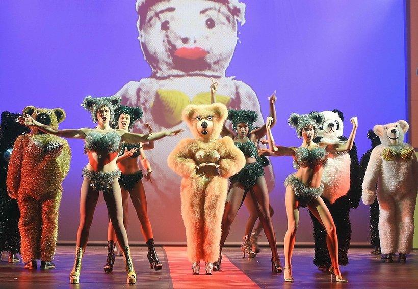 Jean Paul Gaultier wyreżyserował spektakl w paryskim kabarecie Folies Bergère!