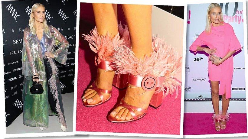 Joanna Horodyńska w ubraniach i butach ozdobionych piórami