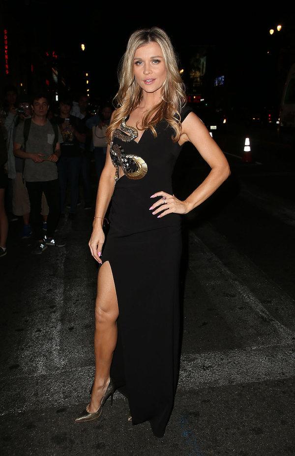 Joanna Krupa wieczorowej czarnej sukience na czerwonym dywanie