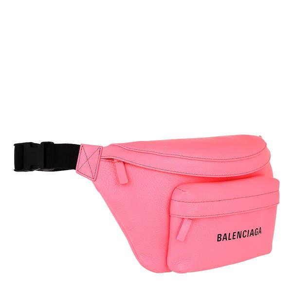 Julia Wieniawa w modną różową nerką torbą Balenciaga