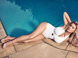 Karolina Szostak przy basenie