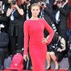 Kasia Smutniak w sukni  na czerwonym dywanie