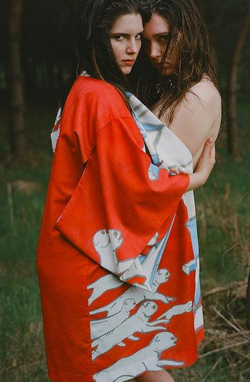 kimona polskiej marki Hawrot ozdobione przez malarkę Aleksandrę Waliszewską