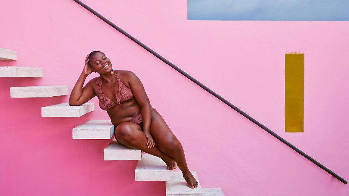 kolekcję kostiumów kąpielowych marki Mango dla kobiet plus size
