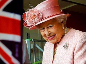 Królowa Elżbieta i brytyjska flaga