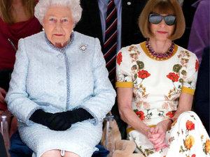 Królowa Elżbieta II  na pokazie mody w Londynie