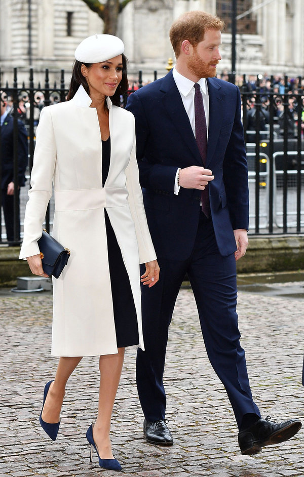 księżna Meghan nosi za duże buty