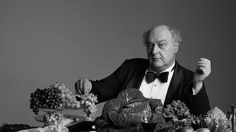 Maciej Nowak wśród jedzenia