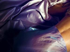 Małgorzata Rozenek na łożku w seksownej pozie