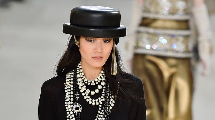 Modelka na pokazie domu mody Chanel na jesień 2016