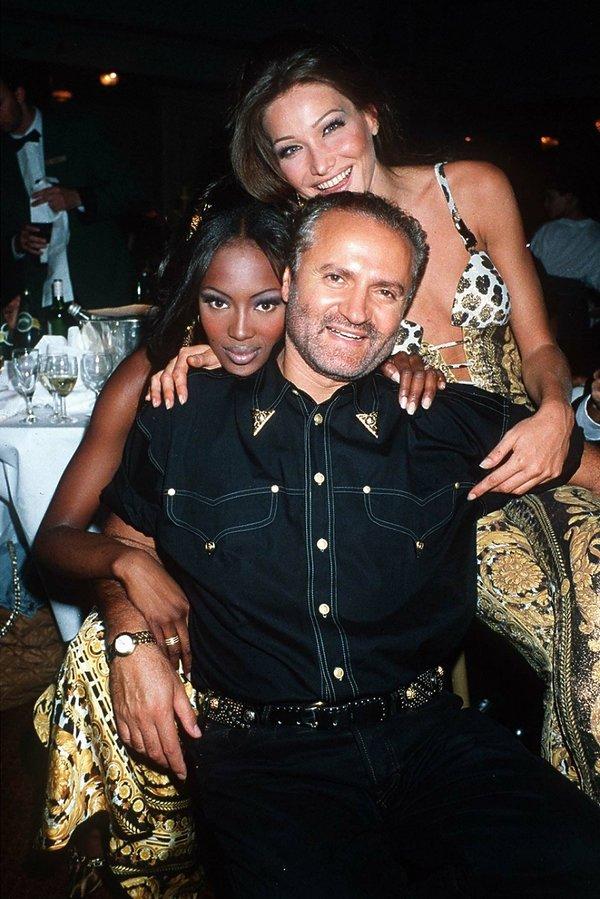 Modelki i Gianni Versace na pokazie Versace