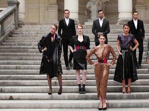 na zdjęciu modelki na schodach