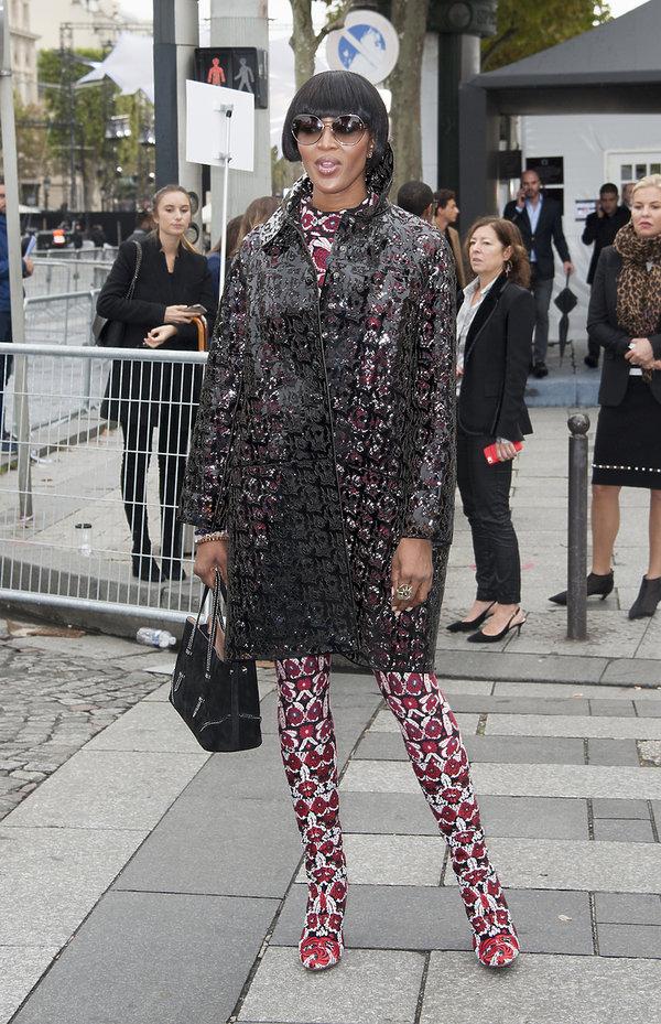 Naomi Campbell w wysokich butach, gorący trend na jesień i zimę