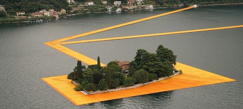 """Praca artysty Christo """"Floating Piers"""" na tafli włoskiego jeziora Iseo w Lombardii"""