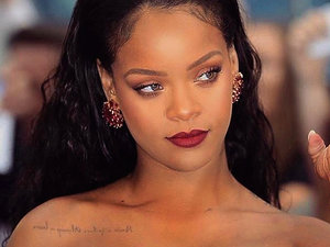 Rihanna w drogich skarpetkach z kryształkami Gucci