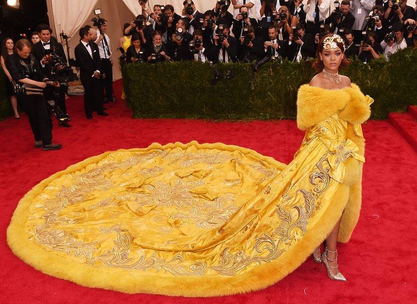 Rihanna w żółtym płaszczu z trenem na czerwonym dywanie