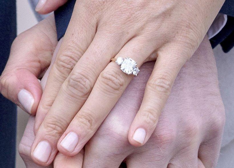 Rodzina królewska sprzedaje kopie pierścionka zaręczynowego Meghan