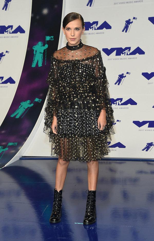 Stylizacje gwiazd na MTV VMAS 2017 Millie Bobby Brown