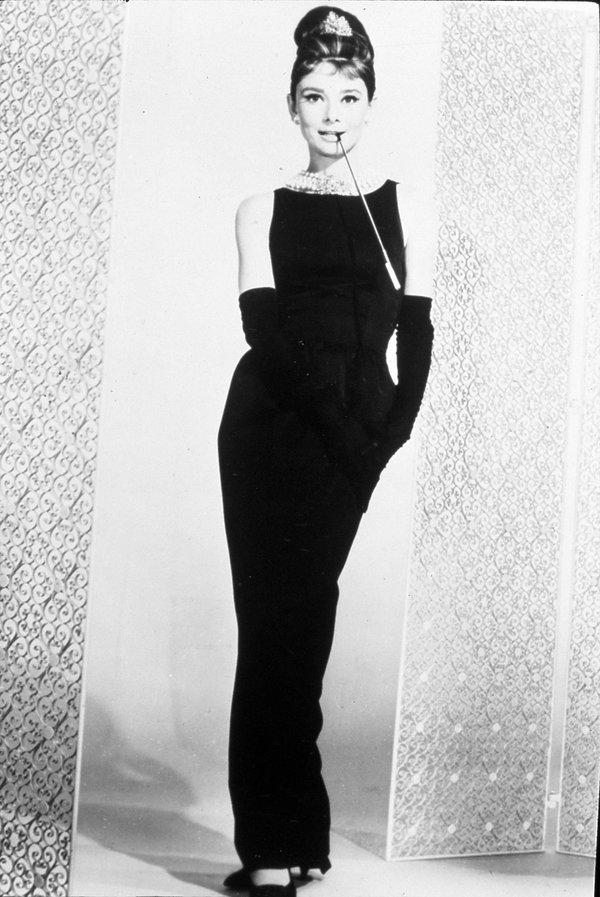 """Suknia Huberta de Givenchy, w której Audrey Hepburn wystąpiła w filmie """"Śniadania u Tiffaniego"""", 1961."""