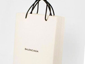 Torba zaprojektowana  by uczcić przejęcie przez Balenciagę słynnego paryskiego butiku Colette